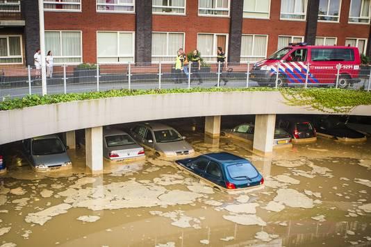 Een parkeergarage in Nijmegen met daarin ongeveer 100 auto's liep onder water