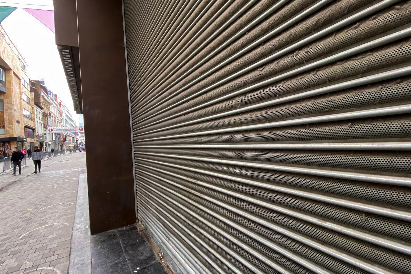 Les volets d'une boutique de la rue Neuve à Bruxelles sont désespérément baissés.