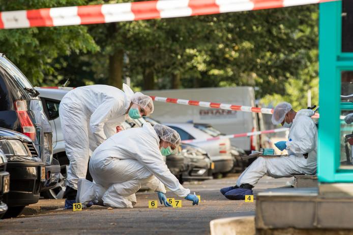 De politie deed na de verkrachting onderzoek in de Herman Bavinckstraat in de Rotterdamse wijk De Esch.