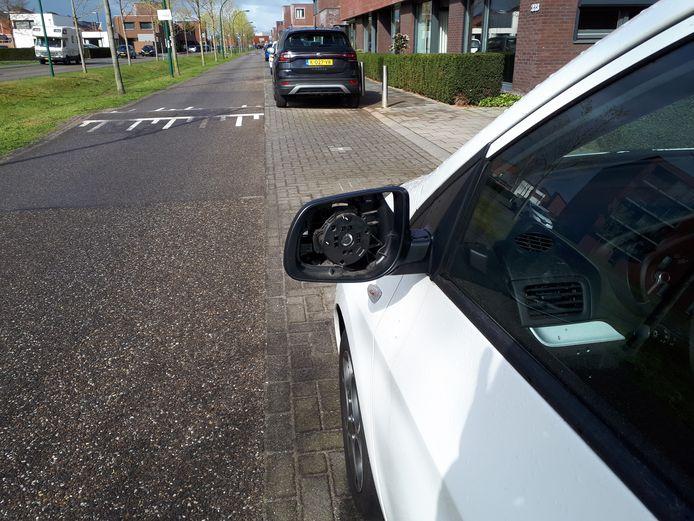 Ook deze auto ontsnapte niet aan de vernielzucht van de fietsende vandalen.