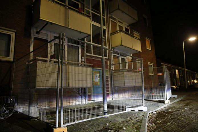 WonenBreBurg plaatst hekken rond flats met onveilige balkons.