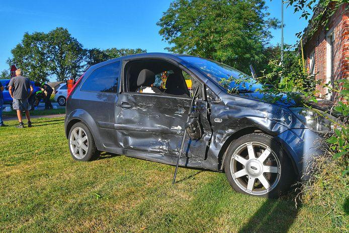 In de zomer van 2020 kwam een auto na een botsing tot stilstand tegen een huis aan de kruising bij Broekenseind in Hoogeloon.