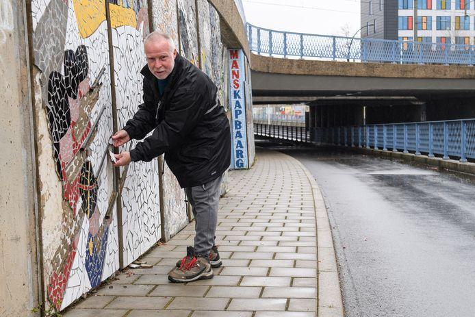 Er ontbreken nog zo'n veertig panelen en de staat van enkele mozaïeken laat wel wat te wensen over en daar is onder anderen Bert Hümmels van Leefbaar Almelo wel klaar mee.