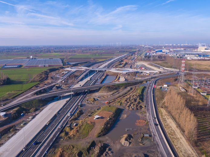 De oude brug vooraan op de foto wordt gesloopt nu de bouw van de nieuwe verkeerswisselaar met een kluifrotonde voldoende gevorderd is.