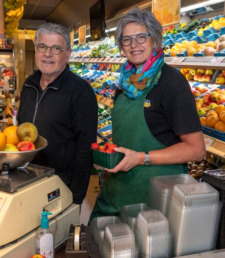 Adrie en Matty zoeken een opvolger voor groentezaak Nelisse aan het Zonneplein: 'De markt voor vers groeit'