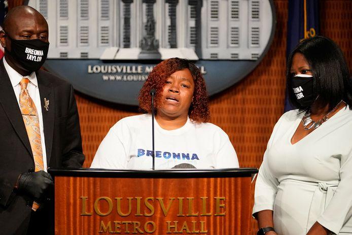 Tamika Palmer, de moeder van Breonna Taylor, tijdens de persconferentie over de schikking van de zaak, vandaag in Louisville, Kentucky.