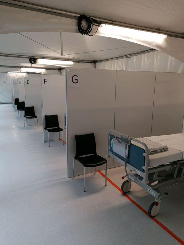 In het ziekenhuis werd in een recordtempo een tent ingericht voor COVID-19-patiënten, voorzien van elektriciteit, verlichting, verwarming en een vloer. Ook werd gezorgd voor tussenwanden die voor privacy zorgen voor de patiënten.