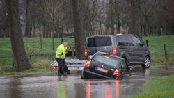 Zware regenval teistert regio: straten blank, auto rijdt zich vast in Kerkstraat in Bazel