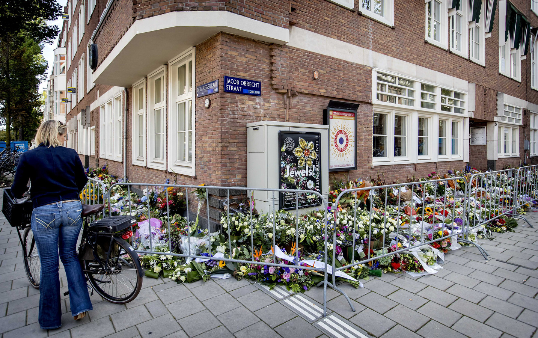 Bloemen bij het kantoor van de doodgeschoten advocaat Derk Wiersum.