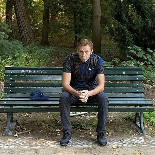 Navalny deelde na zijn vertrek uit het ziekenhuis een foto van zichzelf op een bankje in een park.