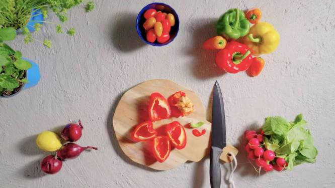 Met deze truc snijd je moeiteloos de zaadlijst uit een paprika
