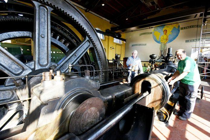 De stoommachine werd opgeknapt door vrijwilligers, hier Jan van Leest en Bas de Witte (r).