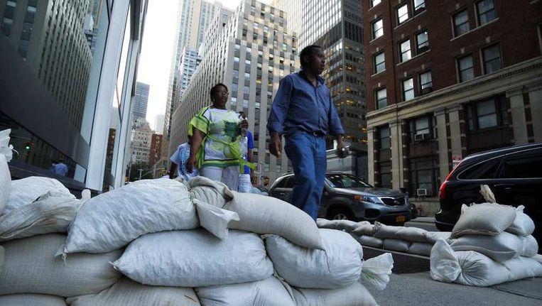 Zandzakken in de straten van Manhattan als voorzorgsmaatregel tegen eventuele overstromingen in New York. Beeld reuters