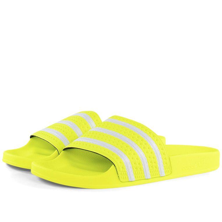 Niet te missen: Adilettes in 'solar yellow', € 39,95, adidas.nl Beeld Adidas
