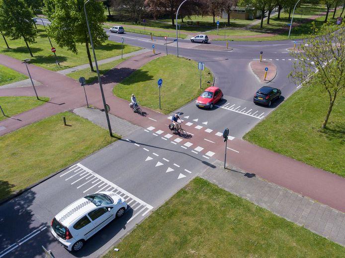 Bij de fietsoversteek op de PC Hooftlaan heeft een week lang een camera gehangen. Zonder resultaat: het is niet duidelijk waarom hier vaak ongelukken gebeuren.