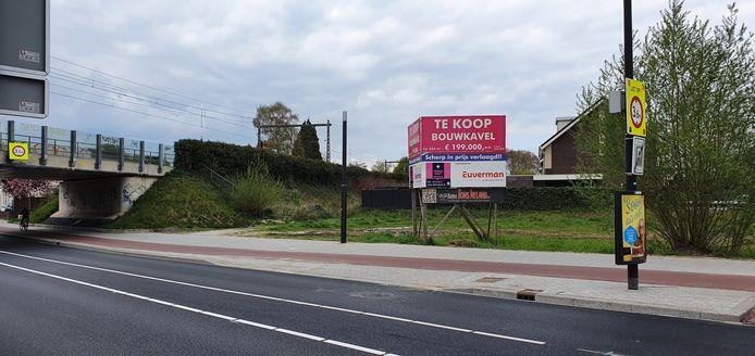 Op dit terrein dat al jaren braak ligt, wordt waarschijnlijk toch wat gebouwd, al worden het geen woningen.