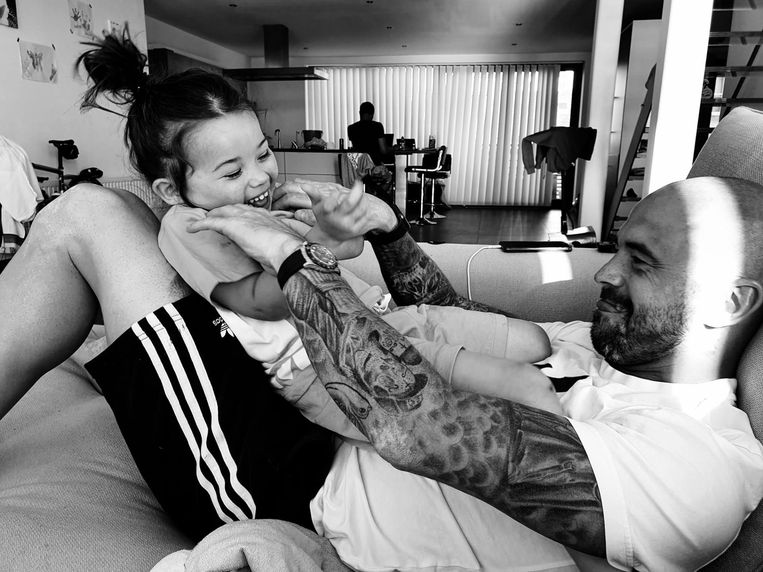 Steven Defour dolt met zijn dochtertje Ariana in Antwerpen. 'Ik liet een halve speeltuin bouwen in mijn appartement.' Beeld RV