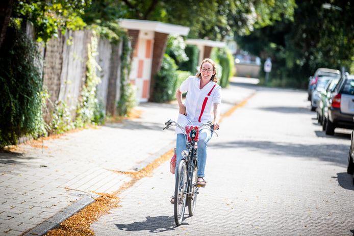 Coralien Merkens, wijkverpleegkundige in De Bilt, werkt zich in de zomer een slag in de rondte.