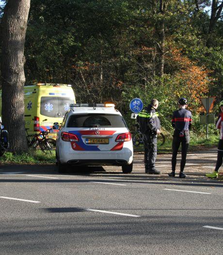 Wielrenner met onbekend letsel naar ziekenhuis na aanrijding met bedrijfsbus in Hellendoorn