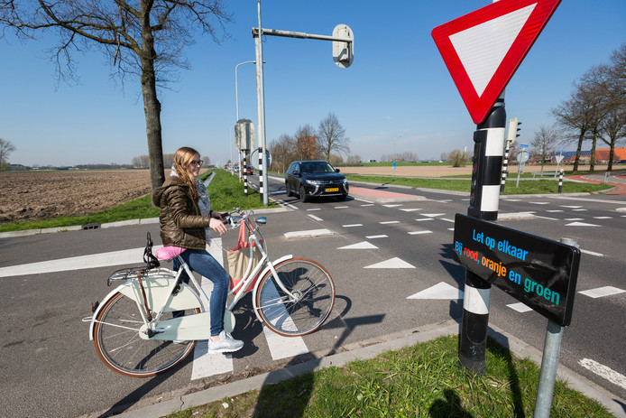 Een fietser wil vanaf de Broekstraat de Oostsingel in Duiven oversteken.