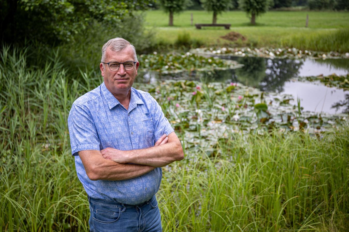 Enternaar Albert Bouwmeester is het liefst te vinden in zijn achtertuin waar het Twentse landschap ligt.