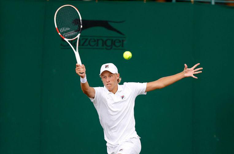 Leo Borg in actie tegen Marko Top in de eerste ronde van het juniorentoernooi op Wimbledon. Beeld AFP