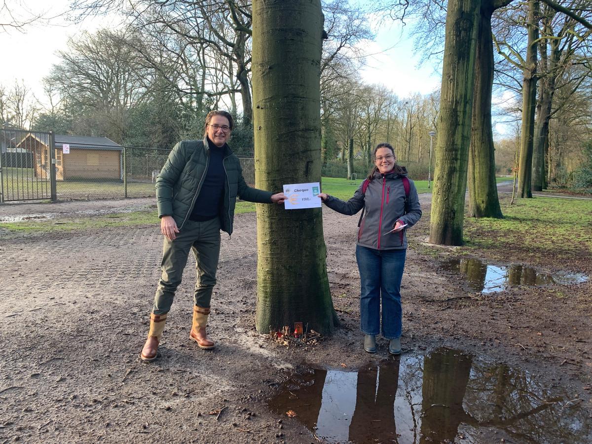 Hanco van den Akker van Lions Woensdrecht overhandigt een cheque van 150 euro aan Kelly Wanrooij uit Putte als bijdrage aan het plaatsen van kabouterhuisjes in het Moretusbos waarlangs kinderen een speurtocht kunnen houden. (februari 2021)