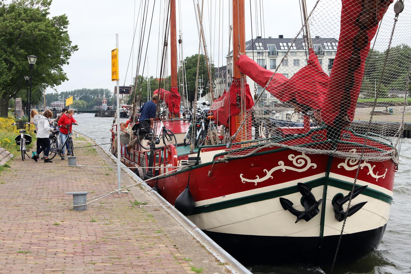 Passagiers en fietsen gaan aan boord van Linquenda II in Hellevoetsluis om te varen naar het eiland Tiengemeten.