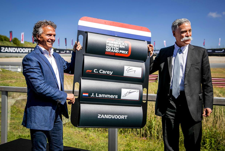 Racedirecteur Jan Lammers (links) met Formule 1-baas Chase Carey na de aankondiging dat de Formule 1 35 jaar na de laatste Nederlandse GP weer zal terugkeren naar Zandvoort. Beeld EPA