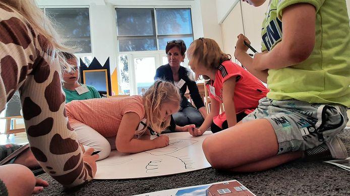Kinderen van basisschool De Linde in Nispen, gemeente Roosendaal, zijn met juffrouw Anneke Wijn met cultuuronderwijs bezig.