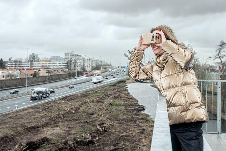 Minister Cora van Nieuwenhuizen op het uitkijkpunt waar omwonenden de voortgang van het project kunnen volgen. Beeld Jakob van Vliet