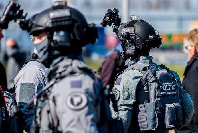 De Dienst Speciale Interventies, mariniers en de politie tijdens een oefening rond een in scène gezette terroristische aanslag.