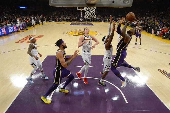 LeBron James (r) met de score waarmee hij Michael Jordan passeert.