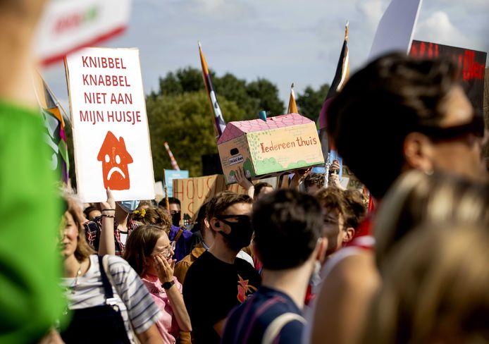 Woonprotest in Amsterdam. Ook buiten de Randstad zijn er grote problemen op het gebied van wonen. In Halderberge is er kritiek op de nieuwe woonvisie.