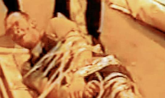 Een schokkende bewakingsvideo toont M., vastgebonden door zijn collega's. (foto: Het Laatste Nieuws/Paris Match)