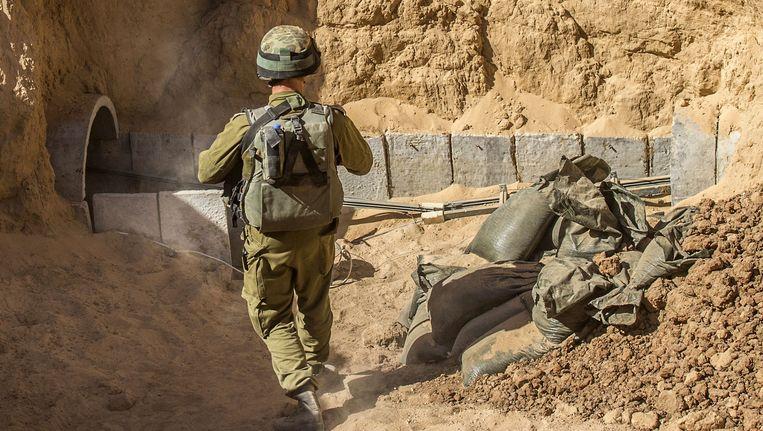 Een Israëlische soldaat bij de ingang van een Hamas tunnel. Beeld AP