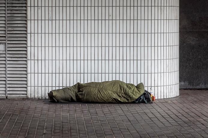 Foto ter illustratie: dakloze slaapt op straat.