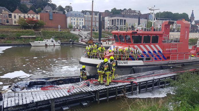 De brandweer heeft een plezierboot geblust in de Lindenberghaven in Nijmegen.