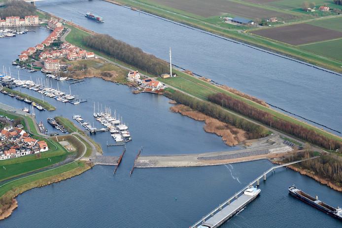 De haven van Tholen. De rolbrug ligt in de strekdam op de voorgrond.