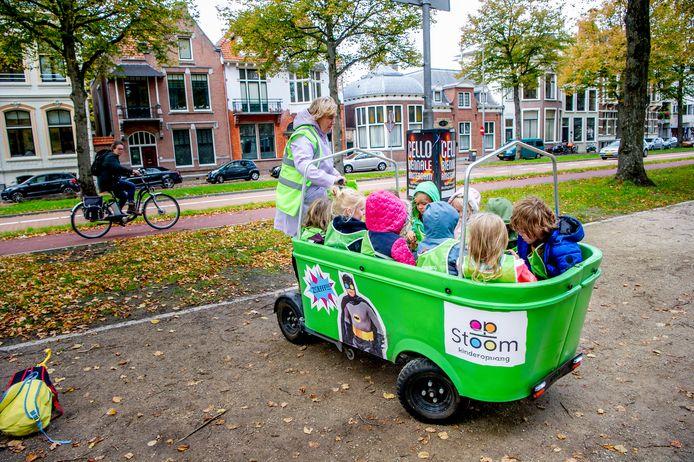 Kinderen in een Stint toen het vervoermiddel nog niet verboden was op de weg