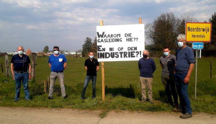 De Herentalse boeren protesteren tegen de komst van de ondergrondse pijpleidingen.