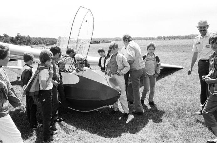 Schoolverlaters van de Albert Plesmanschool in Hoogerheide kregen jarenlang, zoals hier in 1984, als cadeau van de West-Brabantse Aero Club Hoogerheide hun luchtdoop met een zweefvliegtuig vanaf Vliegbasis Woensdrecht.