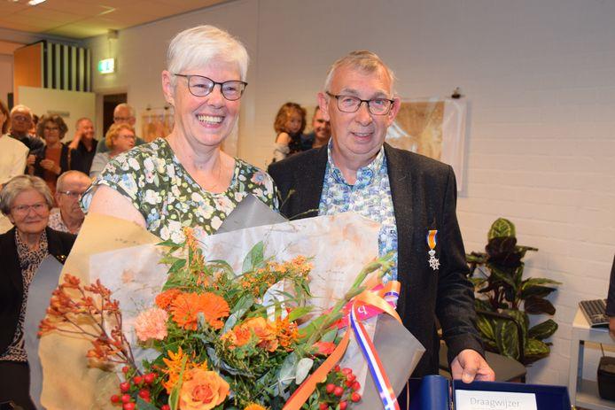 Een lintje voor Martin Strijbosch, bloemen voor zijn vrouw.