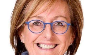 Alkens gemeenteraadslid Marina Boussu (Open Vld) geeft de fakkel door aan Hannah Billen