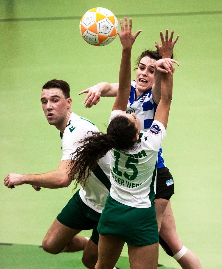 Van afstand houden kan geen sprake zijn in de groene korfbalhal van PKC Vertom. Beeld Jiri Büller / de Volkskrant
