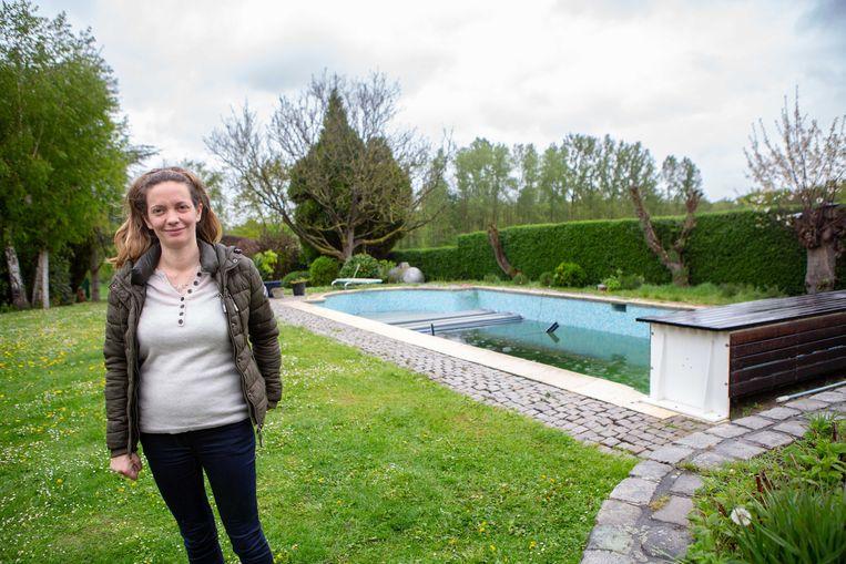 Marlène Robert bij haar zwembad waarin ze woensdag een paard aantrof.