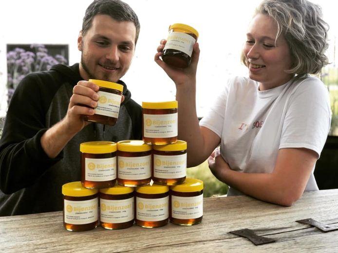 Studenten Roos en Tom zijn in hun vrije tijd imkers. Nu kan je hun honing kopen.