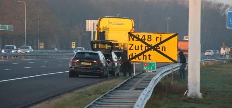 Auto's rijden banden lek op A1 bij Holten