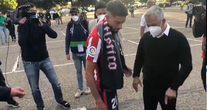 Carrasco ging een truitje geven aan de aangeslagen Atlético-fan.