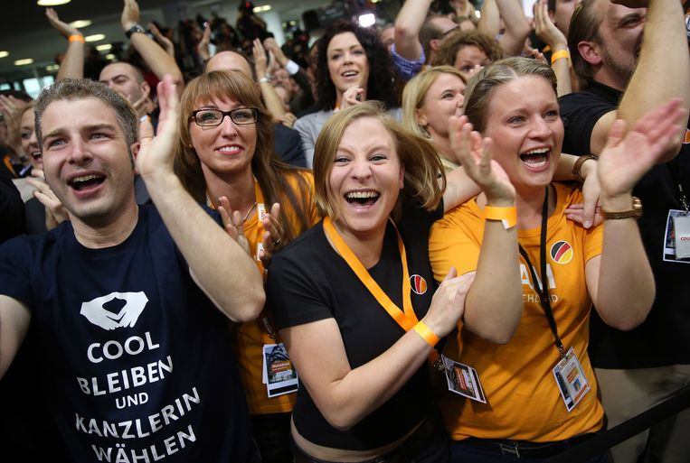 BERLIN, GERMANY - SEPTEMBER 22:  Supporters of the German Christian Democrats (CDU) react to initial results that give the CDU 42% of the vote in German federal elections on September 22, 2013 in Berlin, Germany. Germany is holding federal elections that will determine whether Chancellor Angela Merkel, who is also chairwoman of the CDU, will remain chancellor for a third term. Though the CDU has a strong lead over the opposition, speculations run wide as to what coalition will be viable in coming weeks to create a new government.  (Photo by Sean Gallup/Getty Images) Beeld Getty Images